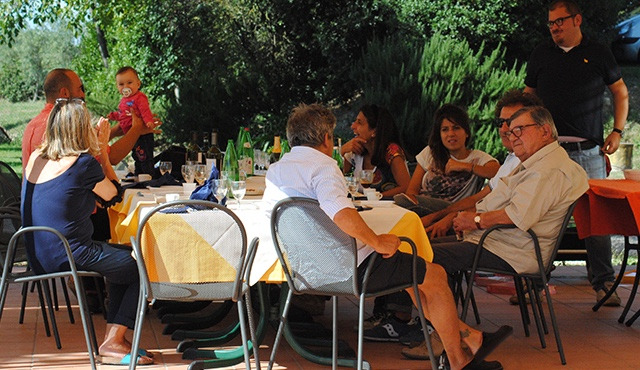outdoor-eating-in-umbria-agritourism